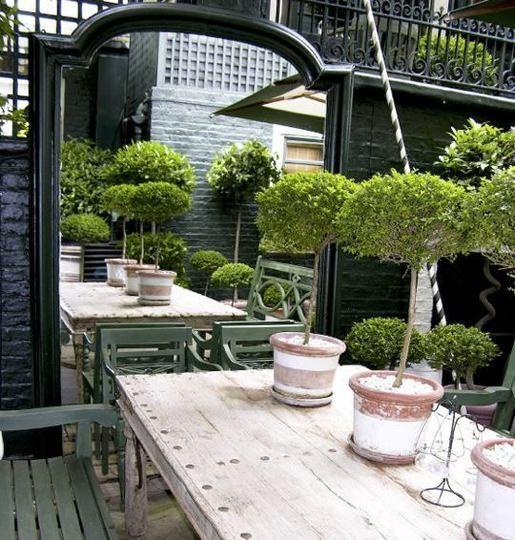 Modern kert díszítés, dekoráció és kertrendezés  - tükör és az étkező