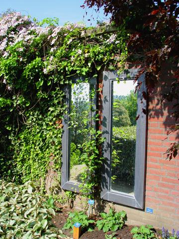 Modern kert díszítés, dekoráció és kertrendezés - ablak tükör a kertben