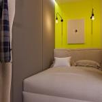mini lakás neon színnekkel - barna sárga hálószoba