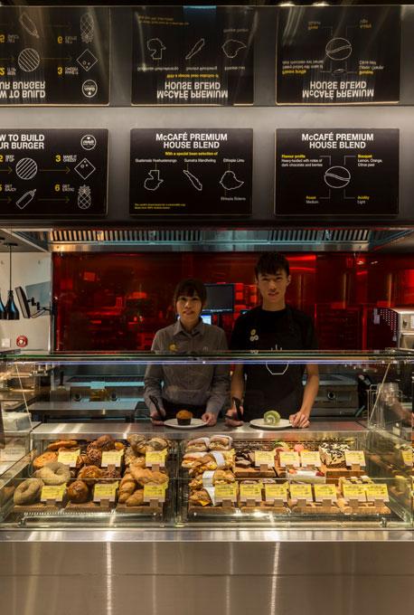 modern-étterem---McDonald's-pult
