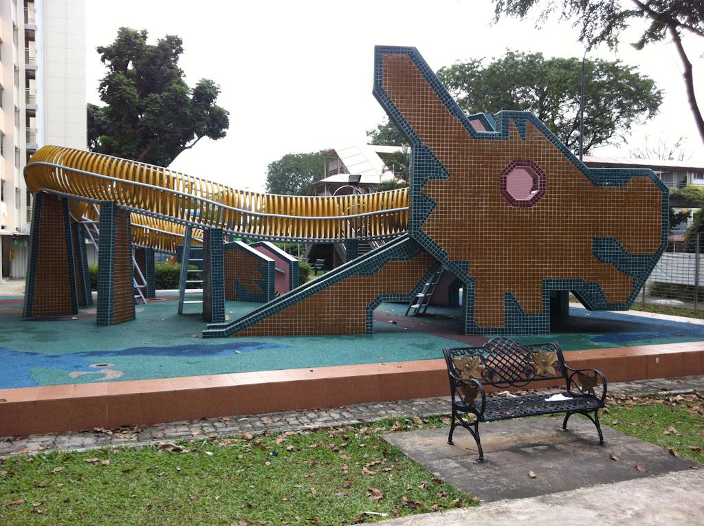 játszótér és játszóvár a városban gyerek és felnőtt szórakozás, csúszda mászóka és mászófal, homokozó