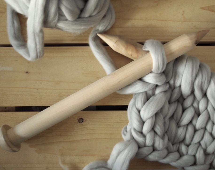 kötött takaró, kötött ágytakaró, kötött ruha óriás fonalból - kötőtű és gyapjú