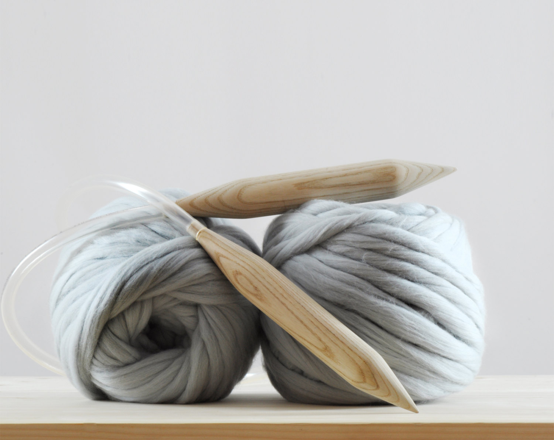 kötött takaró, kötött ágytakaró, kötött ruha óriás fonalból - fonal és kötőtű