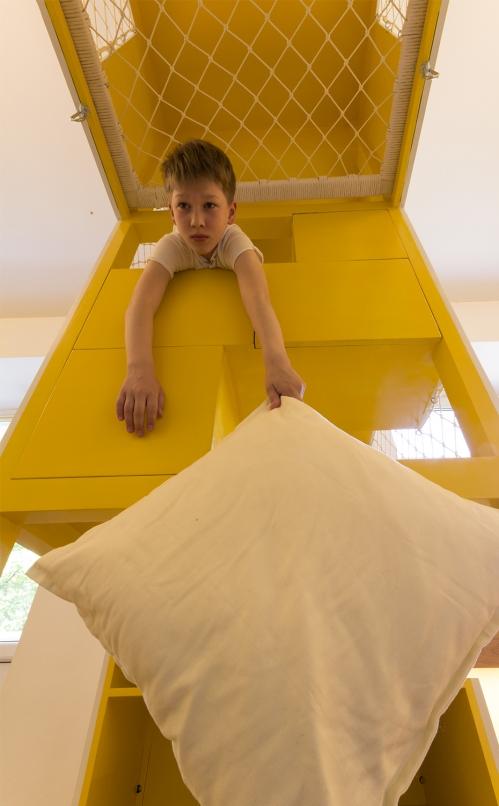 Kis családi lakás moduláris és változtatható, bámulatosan multifunkciós terekkel és bútorokkal ...
