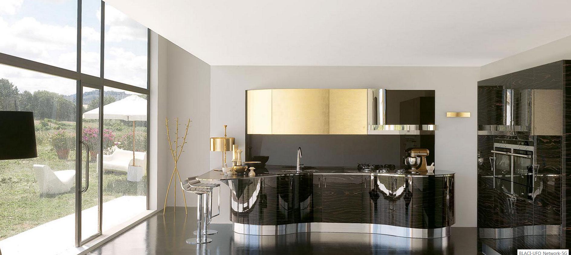 Modern lekerekített és fényes fekete konyhabútor