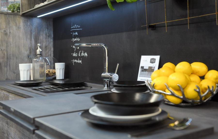 konyhakiállítás sötét pult és mosdó