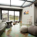 modern nappali és nappali bútor lakbernedezése tető bevilágítóval
