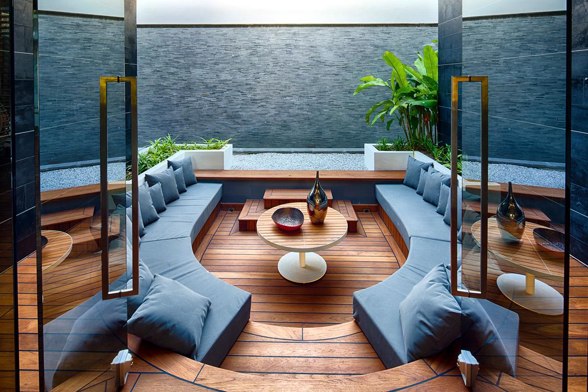 modern nappali és nappali bútorok letisztult és egyszerű, minimalista stílusban - fa és a kék víz