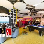 játszó szoba biliárd asztallal a modern irodában
