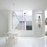 Japán fehér ház ferde falakkal, nappali