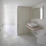 Japán fehér ház ferde falakkal, fürdőszoba