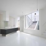 Japán fehér ház ferde falakkal, konyha