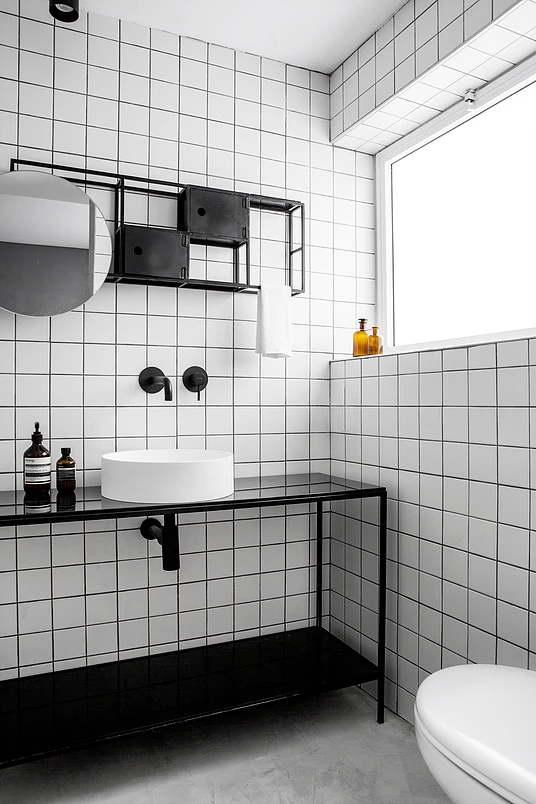 Kis fehér lakás fürdőszoba