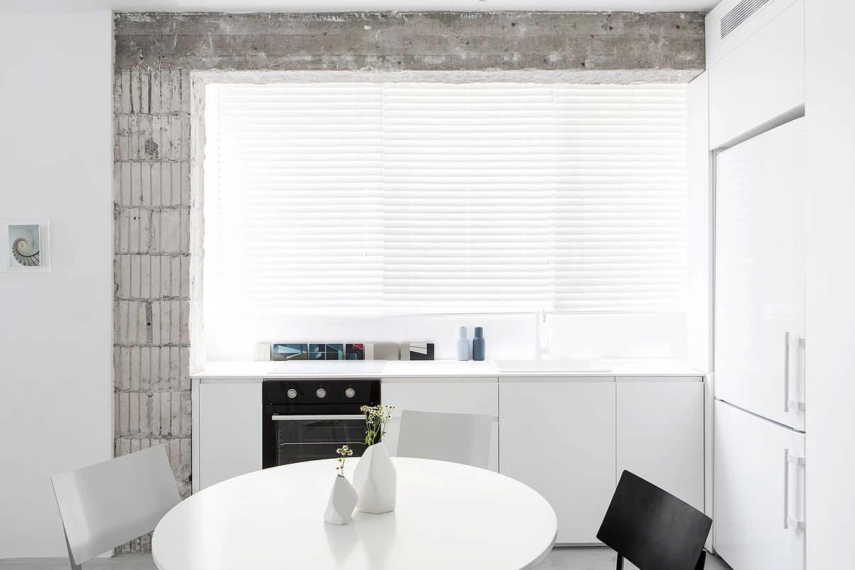 Kis fehér lakás konyhapult