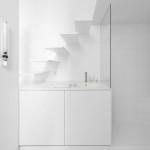 Mini lakás fehérben lépcső fürdő és a konyha