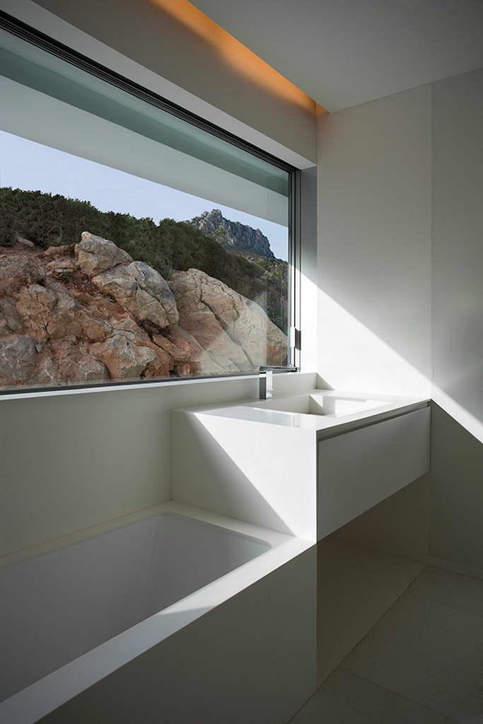 Minimalista fehér villa kilátássall fürdőszoba