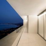 Minimalista fehér villa kilátással erkély