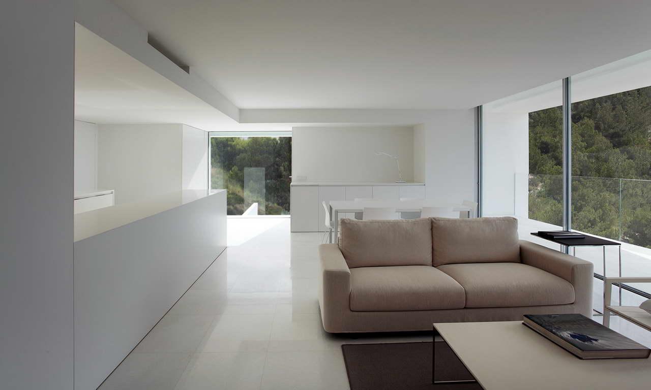 Minimalista fehér villa kilátással nappali