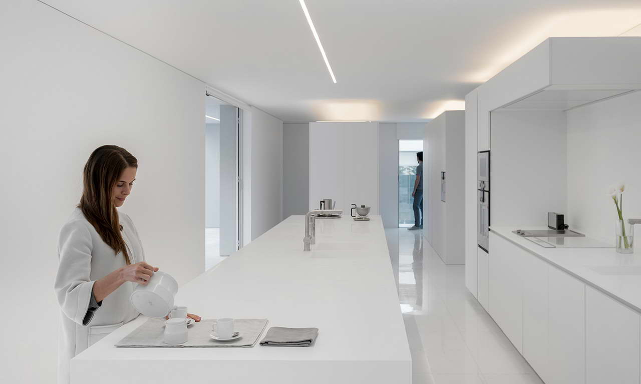 Minimalista fehér villa belső étkező és konyha