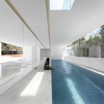 Minimalista fehér villa belső medence