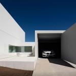 Minimalista fehér villa garázs