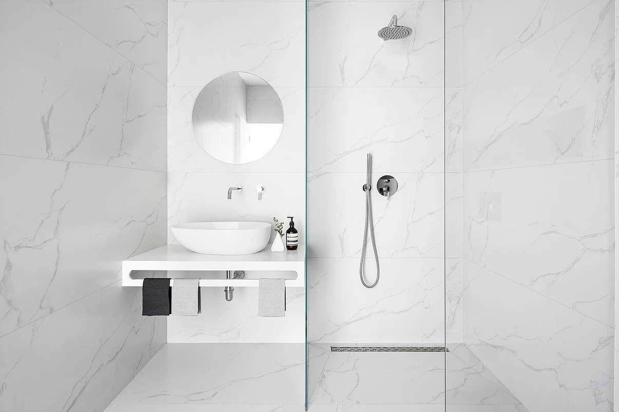 Modern fehér lakás fürdőszoba