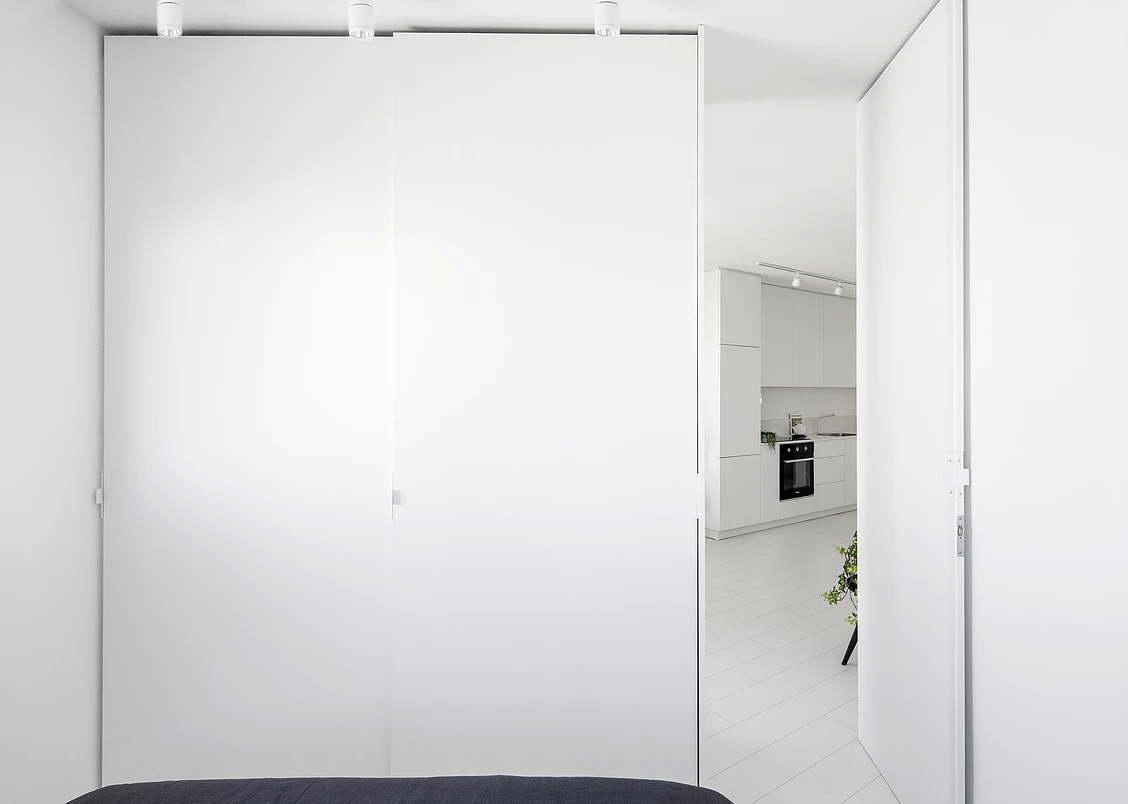 Modern fehér lakás hálószoba