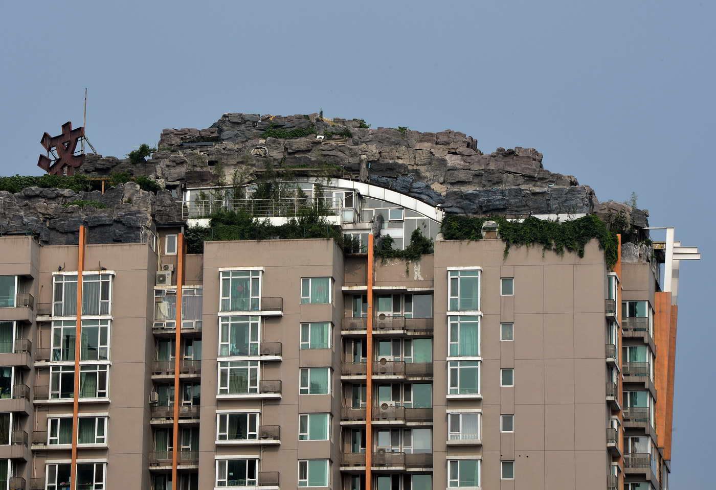 bizarr szikla kert és ház a tetőn