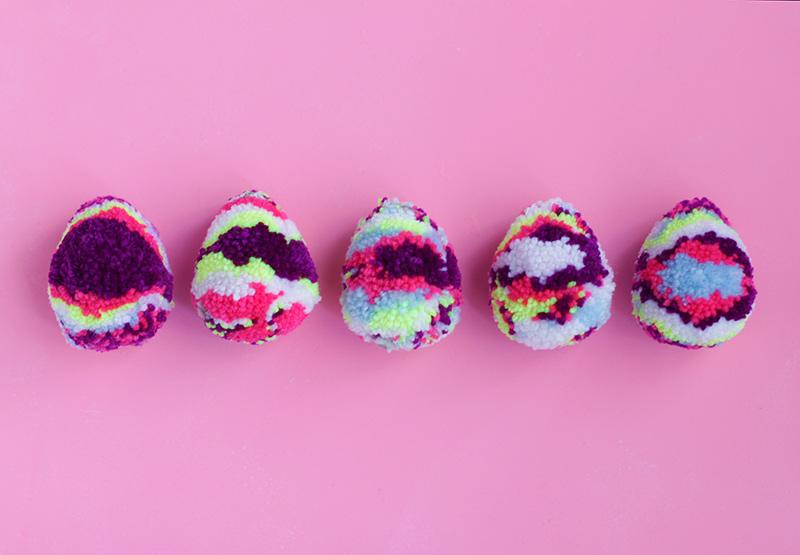 húsvéti ötletl tojásfestéshez - pom-pom tojás
