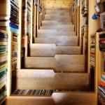 modern könyvespolc - lépcső