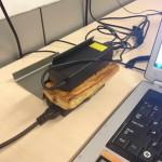 mókás újrahasznosítási ötlet - laptop töltő mikró helyett