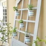 régi-ajtó-kreatív-újrahasznosítás-kerti virágtartó