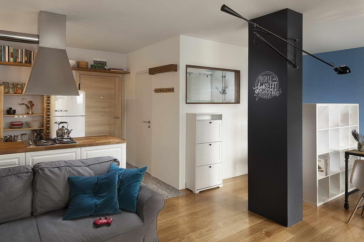 kis lakás háló ágy és szoba az ablaknál