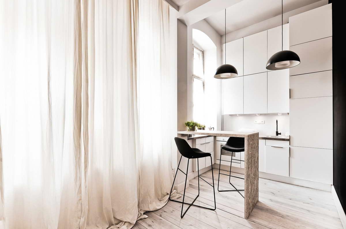 kis lakás fehér és fa szín és egy kis fekete