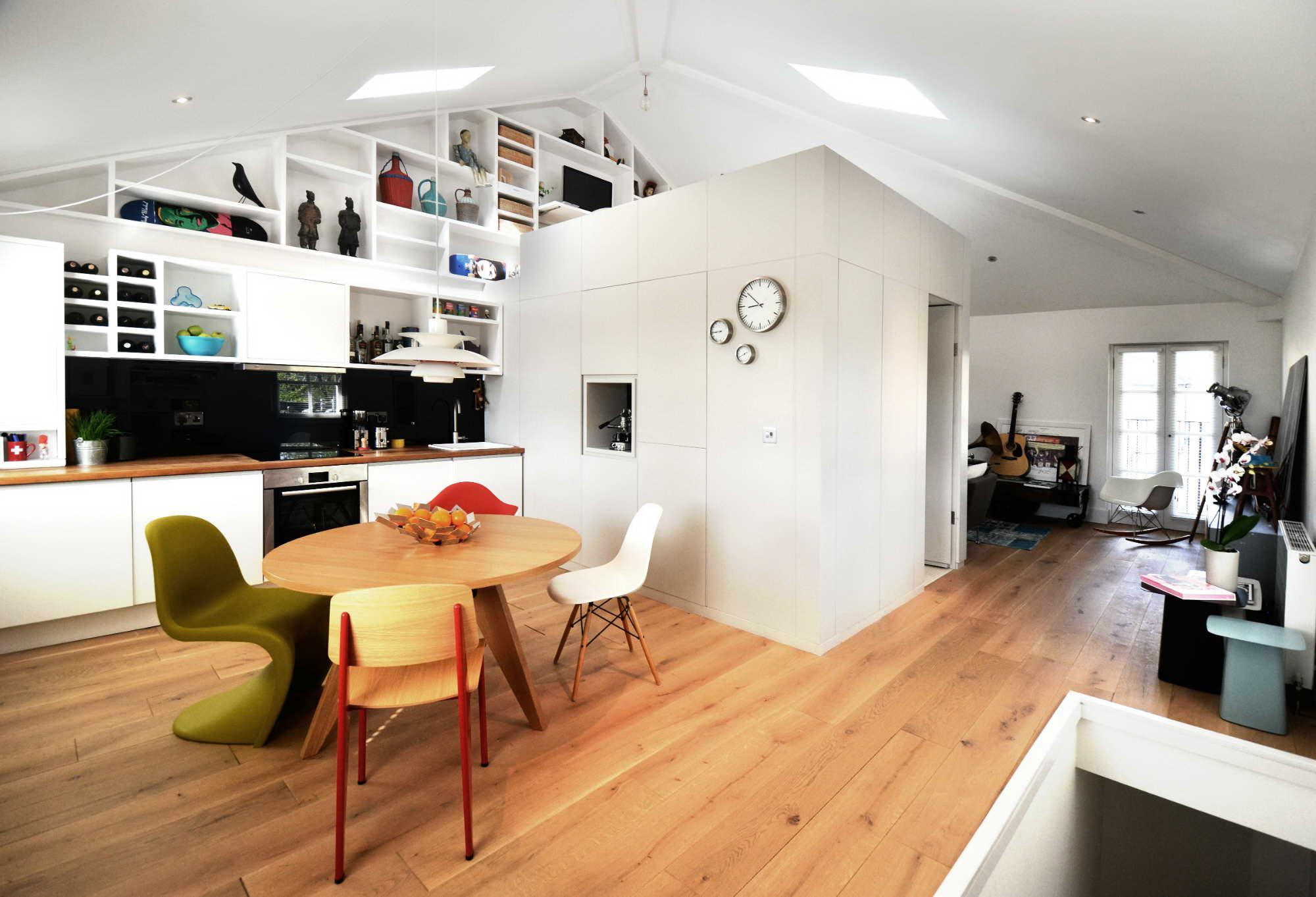 kis lakás teljes fal lépcső polc beépítéssel