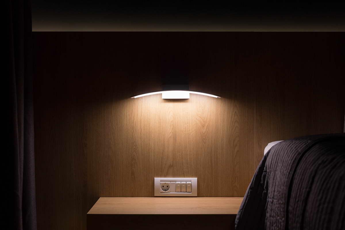 egyszerű színek letisztult design - hálószoba lámpa