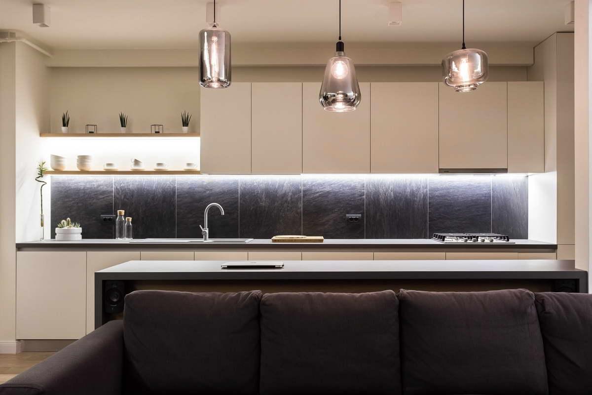 egyszerű színek letisztult design - konyha rejtett világítás
