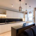 egyszerű színek letisztult design - konyha és bárpult