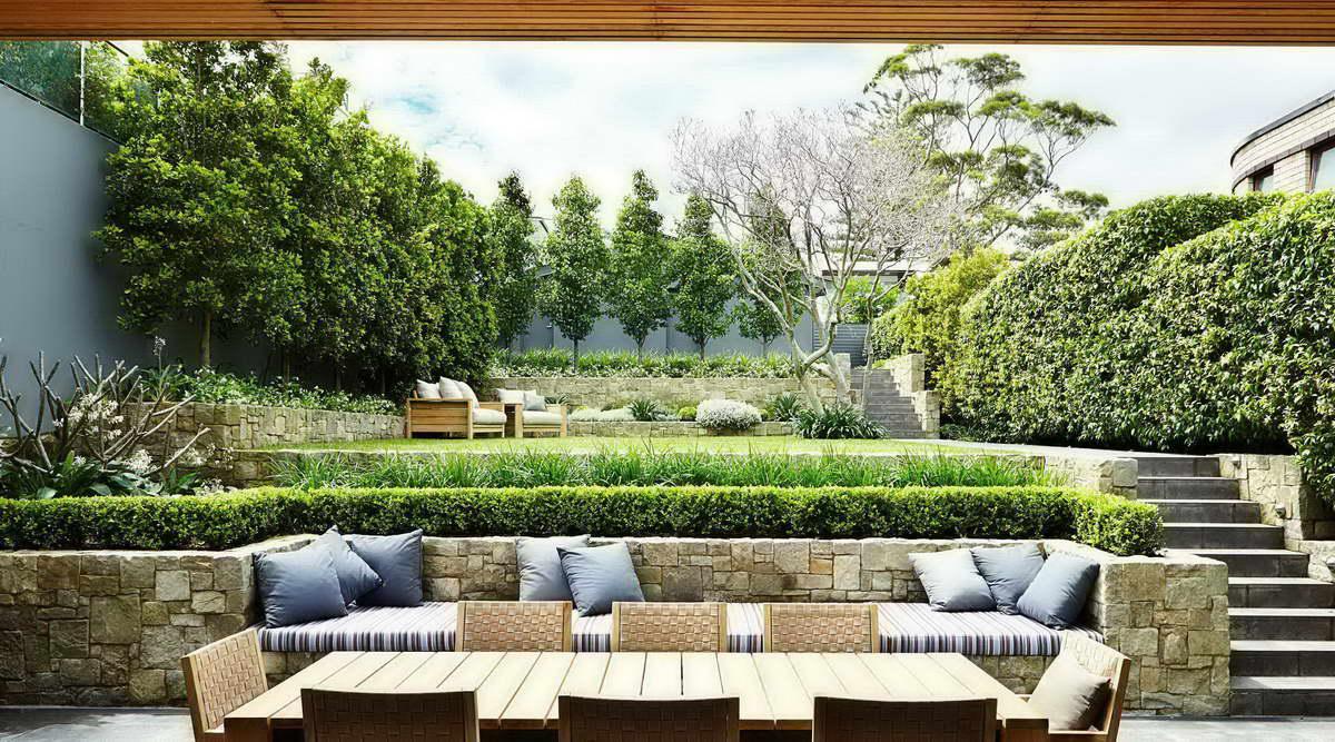kerti lépcső többszintű terasz és kert - beépített kiülő kanapé