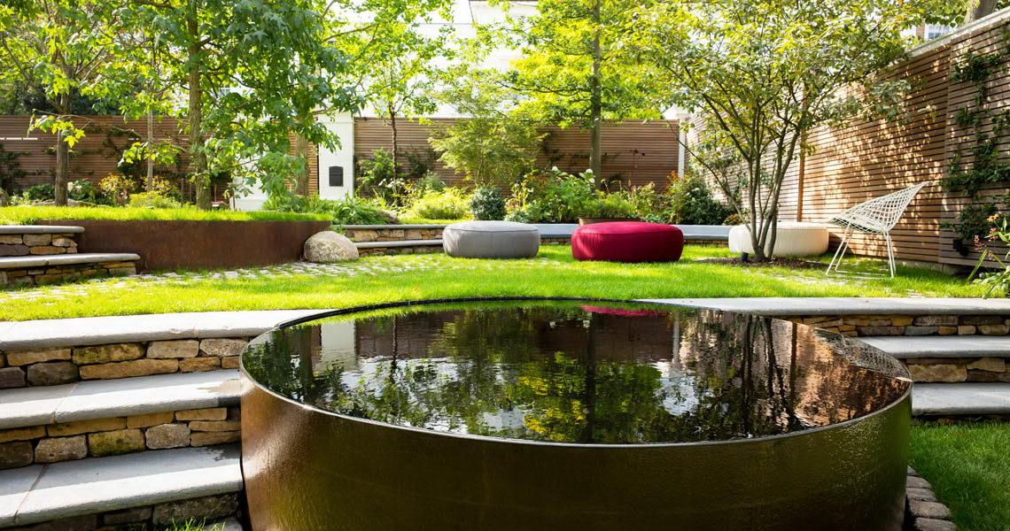 kerti lépcső többszintű terasz és kert - fém kerti tó