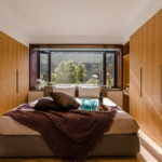 kis hálószoba ötlet fa burkolat beépített szekrény