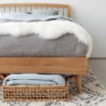 kis hálószoba ötlet - tárolás az ágy alatt