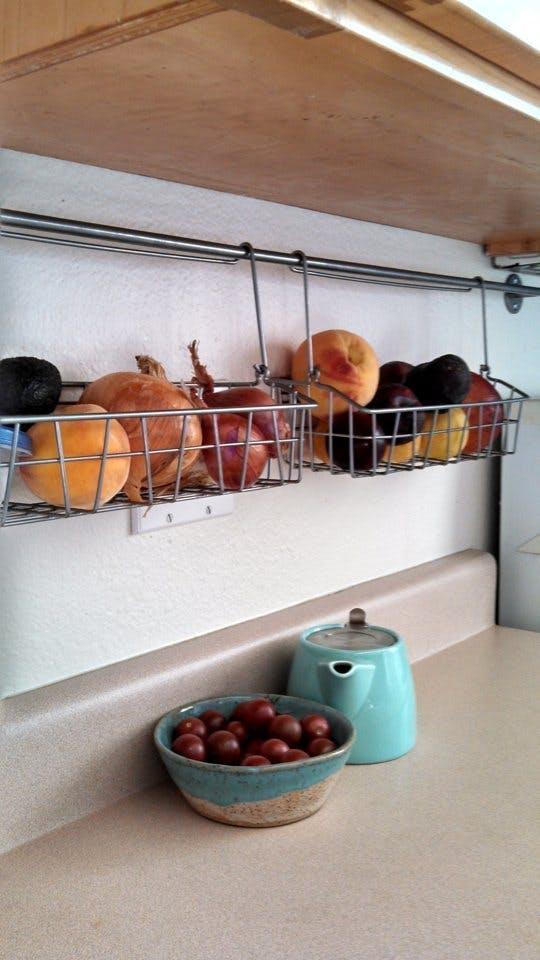kis konyha ötlet, tipp - konyha szekrény alatt