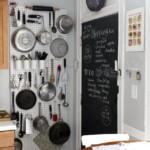 kis konyha tároló ötlet, tipp - függőleges felület kihasználás függesztés