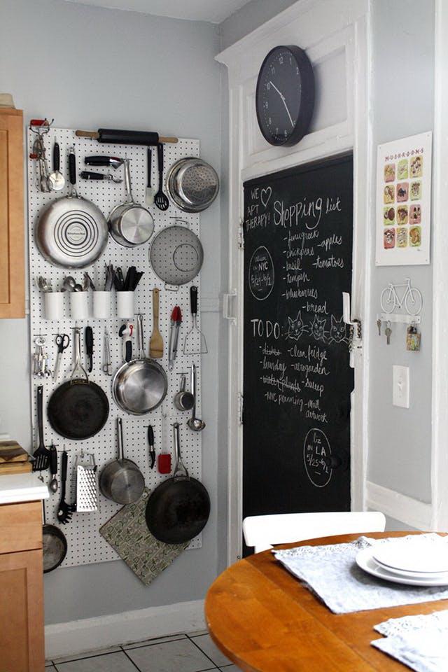 kis konyha ötlet, tipp - függőleges felület kihasználás függesztés