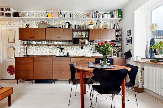 kis konyha ötlet - konyha szekrény teteje polc