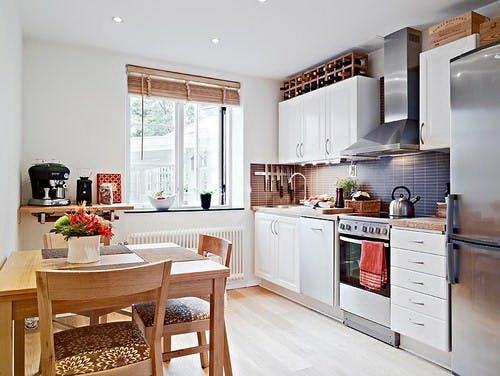 kis konyha ötlet - konyha szekrény teteje bortartó