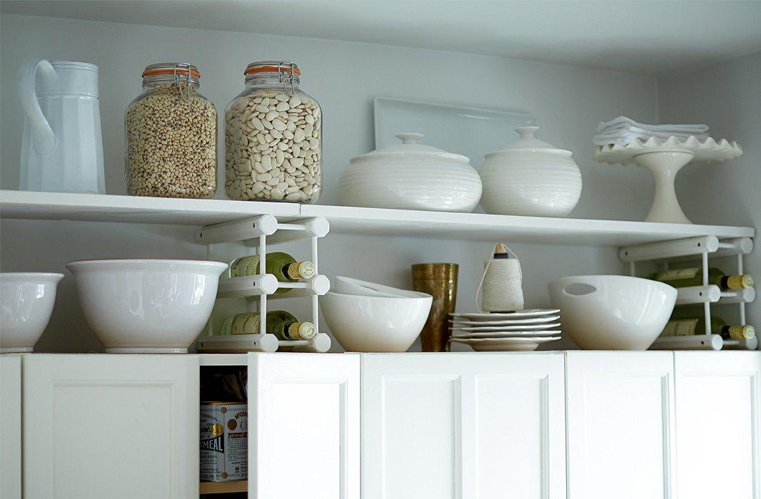 kis konyha ötlet - konyha szekrény teteje bortartó polc