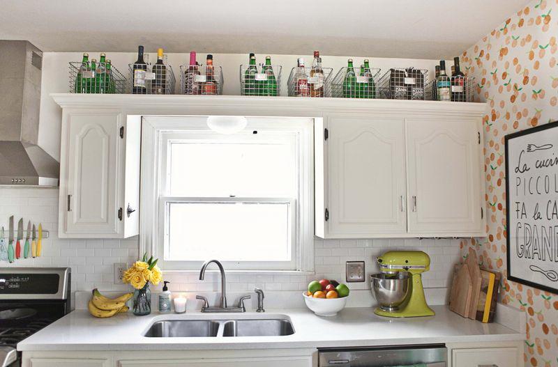kis konyha ötlet - tárolás a konyha szekrény felett - kosár