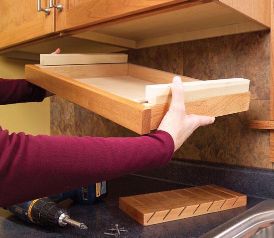 kis konyha ötlet, tipp - polc a konyha szekrény alatt